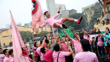 Đội Tin lớn & Anh em trong niềm vui vô địch. Ảnh: MINH HOÀNG