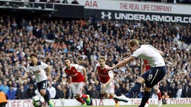 Trên chấm 11m, Harry Kane ghi bàn ấn định chiến thắng 2 - 0 cho Tottenham. Ảnh: AP