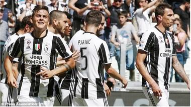 Niềm vui của các cầu thủ Juventus trong trận đấu với Crotone. Ảnh: Dailymail