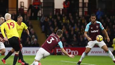 Will Hughes (19) ghi bàn mở tỷ số 1 - 0 cho Watford