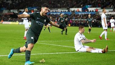 Sergio Aguero (trái) ghi bàn ấn định chiến thắng 4 - 0 cho Man.City