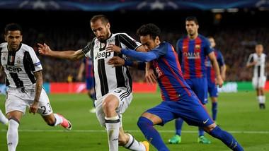 Dani Alves (bìa trái) và Giorgio Chiellini (giữa), những cầu thủ đã ngoài 30 tuổi trong đội hình Juventus.