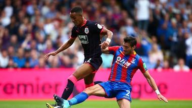 """Huddersfield (trái) đang tràn đầy hứng khởi sau màn ra mắt """"mãn nhãn"""" tại Premier League"""