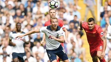 """""""Cuộc chiến"""" giữa Kane (áo trắng, Tottenham) và Lovren (áo đỏ, Liverpool) đóng vai trò then chốt"""
