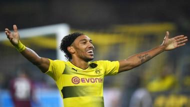 Niềm vui của Pierre-Emerick Aubameyang sau khi ghi bàn vào lưới của Gladbach, giúp Dortmund đè bẹp đối thủ đến 6-1. Ảnh: Getty Images