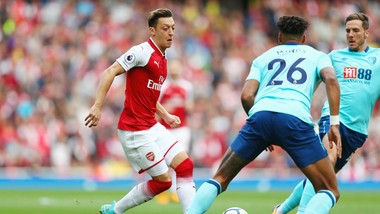 Mesut Oezil (trái) tin chỉ có HLV Jose Mourinho mới giúp anh tìm lại hạnh phúc chơi bóng cũng như thành công. Ảnh: Getty Images