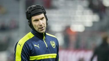 Petr Cech là nạn nhân của một trong những pha va chạm kinh khủng nhất. Ảnh: Getty Images