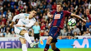 Ronaldo (trắng) tiếp tục thể hiện sự vô duyên trong việc tìm kiếm bàn thắng. Ảnh: Getty Images