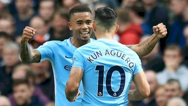 Gabriel Jesus mừng bàn thắng với Sergio Aguero. Ảnh: Getty Images