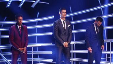 Neymar (trái) đứng bên cạnh Cristiano Ronaldo (giữa) và Lionel Messi trong buổi lễ công bố danh hiệu Cầu thủ xuất sắc nhất thế giới của FIFA. Ảnh: Getty Images
