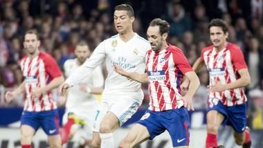 Real (trắng) chia điểm với Atletico. Ảnh: Getty Images
