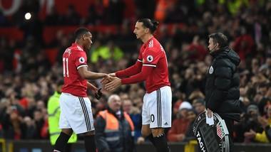 Anthony Martial (trái) thất vọng khi nhường sân cho Zlatan Ibrahimovic, liệu thời gian tới sẽ là Romelu Lukaku?