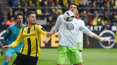 Dortmund (trái) vẫn có thể nghĩ đến chuyện giành được cả 3 điểm trên sân của Wolfsburg.