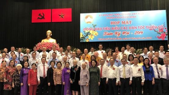 市領導與各民族模範代表合影。