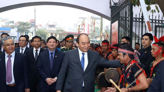 Prime Minister Nguyen Xuan Phuc greets artisans at the opening ceremony of the exhibition on January 20 (Photo: VNA)