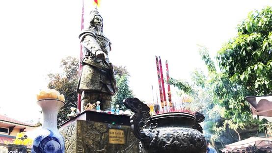 Ở TPHCM có nhiều hình thức tôn thờ Đức thánh Trần Hưng Đạo. Ảnh: KIỀU PHONG