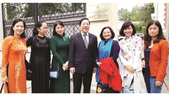 The file photo shows Vietnamese Ambassador to Russia Nguyen Thanh Son posing for photo with a press delegation from HCMC who have recently visited Russia (Photo: SGGP)