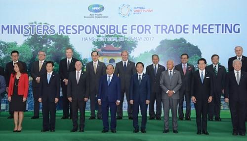 阮春福總理與APEC 21個經濟體貿易部長或代表合影留念。(圖源:互聯網)