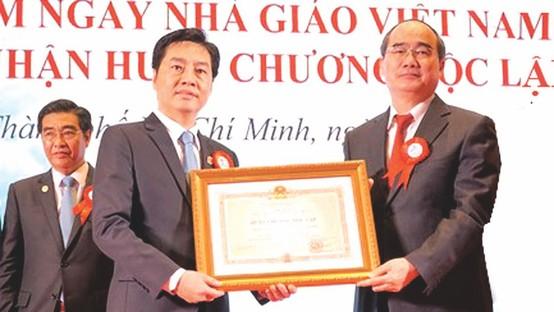 市委書記阮善仁(右)向市醫藥大學集體頒發二等獨立勳章。
