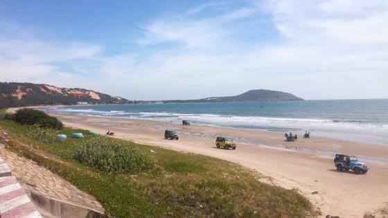 Hàng loạt xe Jeep chạy với tốc độ cao dưới bãi biển