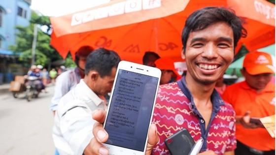 Một người dân Myanmar tươi cười sau khi đăng ký thành công dịch vụ mạng Mytel -liên doanh của Viettel tại Myanmar