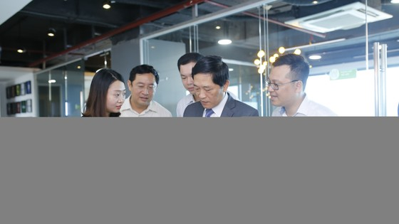 Các đại biểu tham quan, trải nghiệm sản phẩm của các DN khởi nghiệp. Ảnh: VGP/Thu Lê