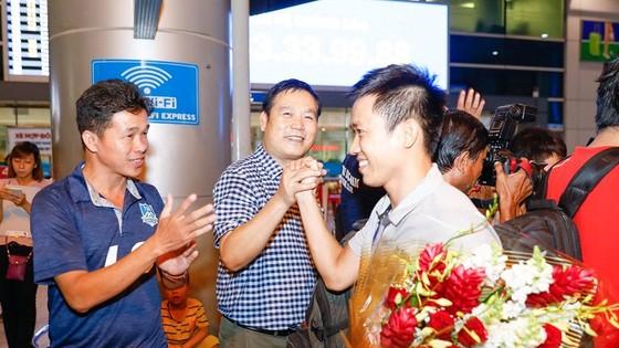 Thủ quân Văn Vũ hạnh phúc trong sự chào đón của người hâm mộ. Ảnh: SN