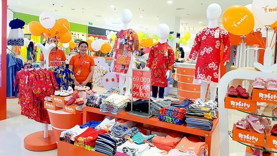 Một cửa hàng kinh doanh quần áo tết cho trẻ em