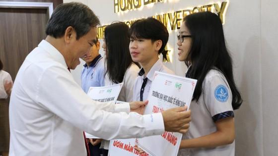 NGND. PGS. TS Hồ Thanh Phong – Hiệu trưởng HIU trao học bổng cho các em