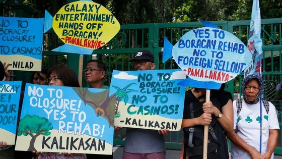 Gambling has caused tensions in the Philippines: environmental activists display placards to protest the construction of a Chinese-backed casino   © AP