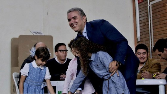 Ứng viên Tổng thống Colombia Ivan Duque (phải) bỏ phiếu tại điểm bầu cử ở Bogota ngày 17/6. (Nguồn: THX/TTXVN)
