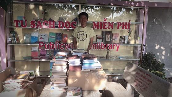 Thạc sĩ Nguyễn Huỳnh Thuật với tủ sách cộng đồng tại Nam Cát Tiên