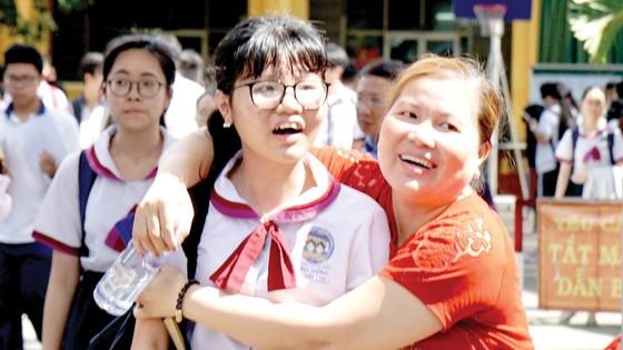 Thí sinh và phụ huynh vui vẻ sau khi kết thúc môn Ngữ văn tại điểm thi Trường THPT Ten-Lơ-Man (quận 1, TPHCM). Ảnh: HOÀNG HÙNG
