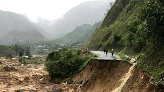 Tỉnh lộ 4H đi vào huyện Mường Tè (Lai Châu) bị lũ cuốn sạt lở, gây chia cắt giao thông. (Ảnh: Việt Hoàng/TTXVN)