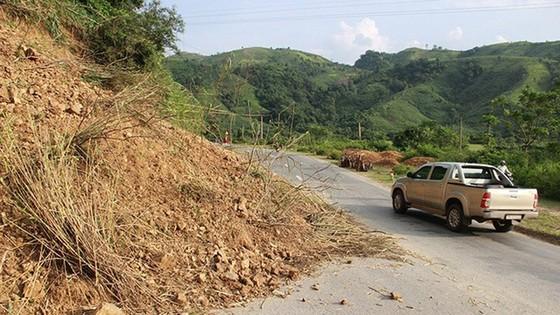 Sụt trượt đất đá trên nhiều tuyến đường gây cản trở giao thông