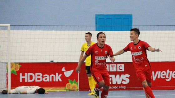 Niềm vui của đội Tân Hiệp Hưng khi giành 3 điểm trước Đà Nẵng. Ảnh: Anh Trần