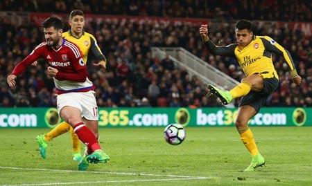 Arsenal cũng dùng 3 trung vệ