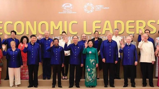 這次峰會的傳統服是越南的傳統絲綢襯衫,設有藍白兩種顏色。各經濟體領導人的全家福。