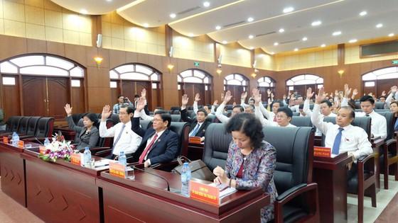 會上,全部出席峴港市人民議會代表已通過表決形式同意罷免阮春英的市人民議會代表及市人民議會主席職稱。