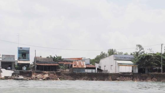 Vụ sạt lở ở Mỹ Hội Đông ngày 22-4 nhấn chìm 16 căn nhà. Ảnh: NHƯ NGUYỄN