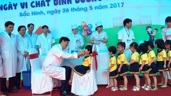 Thứ trưởng Nguyễn Thanh Long cho trẻ uống Vitamin A phòng ngừa thiếu vi chất dinh dưỡng