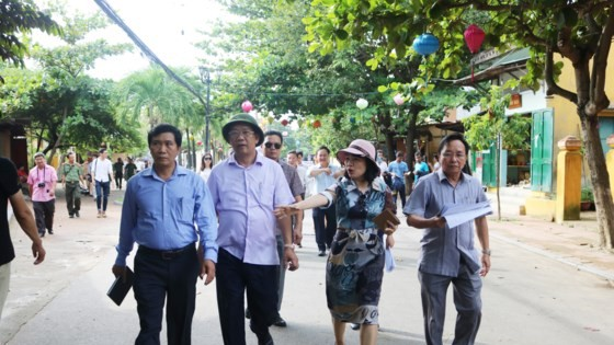 "Leaders of Hoi An inspect facilities and works on Nguyen Thi Minh Khai Street to serve the ""Vietnam-Japan friendship cultural space"" event. (Photo: Sggp)"