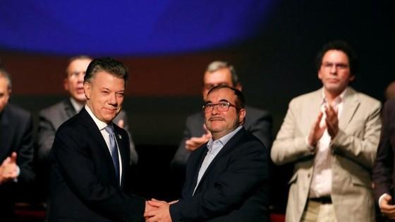 Tổng thống Colombia bắt tay lãnh đạo nhóm FARC trong lễ ký kết thoả thuận hoà bình năm 2016. Ảnh REUTERS