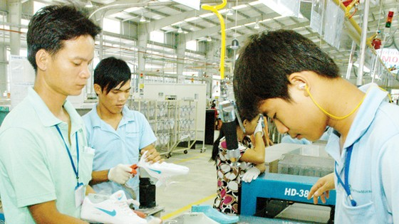 Sản xuất giày xuất khẩu tại một đơn vị       Ảnh: CAO THĂNG