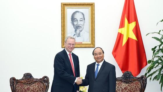 Thủ tướng Nguyễn Xuân Phúc tiếp ông Eric Schmidt, Chủ tịch điều hành Tập đoàn Alphabet (công ty mẹ của Google)