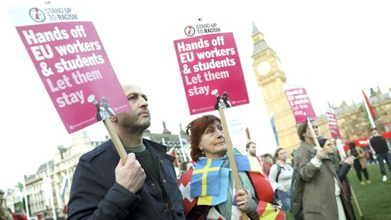 Những người biểu tình chống Brexit trước tòa nhà Quốc hội Anh ngày 13-3. Ảnh: Reuters