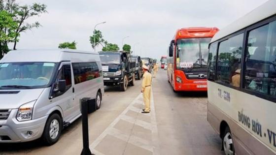 Sáng 16-4-2017, tại khu vực Trạm thu phí Cầu Rác bị ách tắc cục bộ do người dân phản đối việc thu phí BOT bất hợp lý.