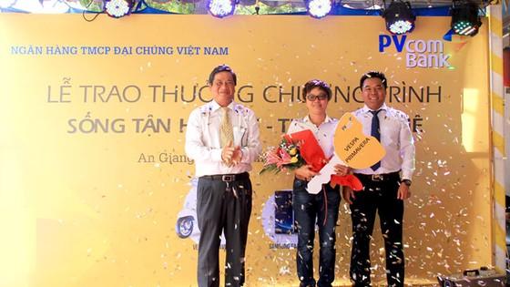 PVcomBank trao giai cho khách hàng đạt giải xe máy Vespa
