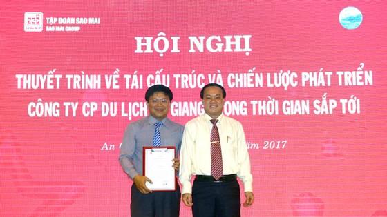 Ông Lê Thanh Thuấn – Chủ tịch HĐQT Tập đoàn Sao Mai thực hiện nghi thức trao quyết định bổ nhiệm tân Tổng Giám đốc CTCP Du lịch An Giang.