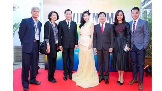 Thứ trưởng Vương Duy Biên (thứ ba từ phải qua) cùng các đại biểu Việt Nam tại LHP Cannes 2017